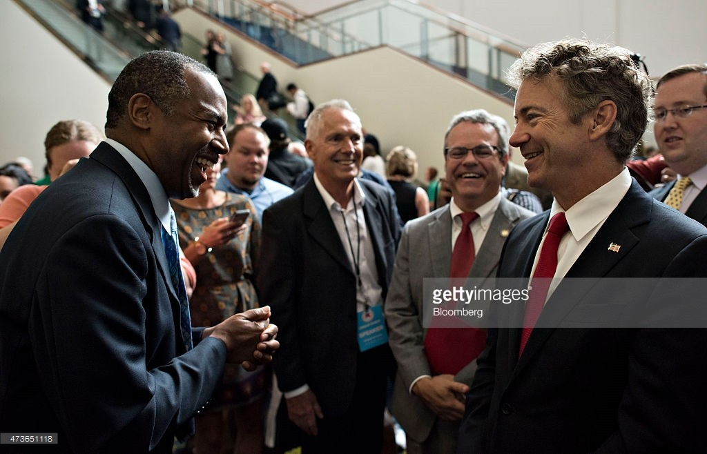 Senator Rand Paul, a Kentucky Republican and U.S. presidential candidate, right, talks with Ben Carson, Republican 2016 U.S. presidential candidate, left, as they mingle with guests ahead of the Republican Party of Iowa's Lincoln Dinner in Des Moines, Iowa, U.S., on Saturday, May 16, 2015. Several current and potential candidates for U.S. president will speak during the dinner, hosted by the Republican Party of Iowa. Photographer: Daniel Acker/Bloomberg *** Local Caption *** Rand Paul; Ben Carson